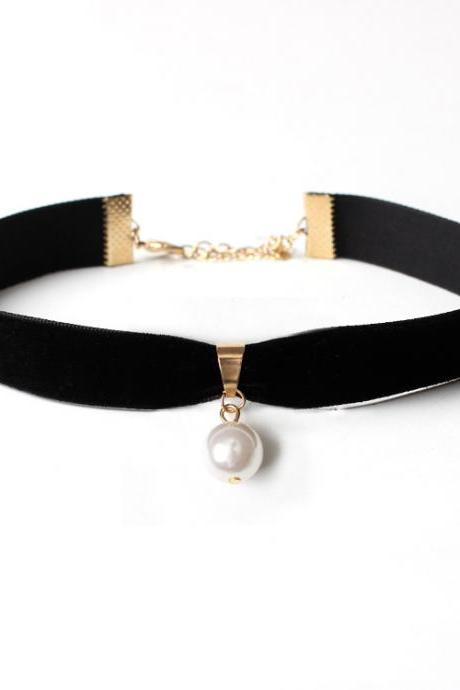 The natural pearl Velvet Necklace